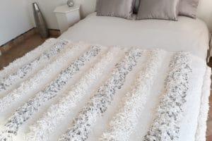 couverture tapis handira berbere de mariage tissee a la main au maroc par des artisans de couleur blanche ecrue