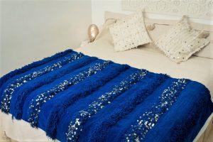 couverture tapis handira berbere de mariage tissee a la main au maroc par des artisans de couleur bleu majorelle
