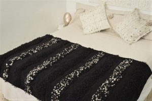 couverture tapis handira berbere de mariage tissee a la main au maroc par des artisans de couleur noire