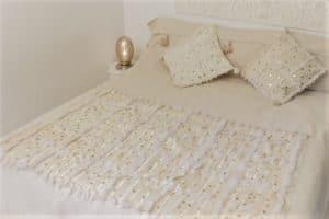 couverture tapis handira berbere de mariage tissee a la main au maroc par des artisans avec des sequins carrés