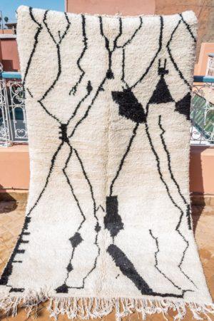 tapis berbere azilal tisse a la main par les femmes au Maroc dans l'Atlas en pure laine tissé main piece unique noir et blanc