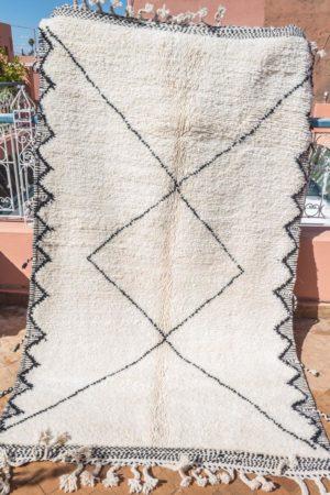 tapis berbere beni ouarain tisse a la main par les femmes berberes au Maroc dans l'Atlas en pure laine tissé main piece unique noir et blanc