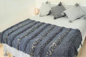 couverture tapis handira berbere de mariage tissee a la main au maroc par des artisans de couleur grise