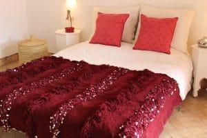 couverture tapis handira berbere de mariage tissee a la main au maroc par des artisans de couleur grenat