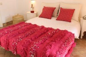 couverture tapis handira berbere de mariage tissee a la main au maroc par des artisans de couleur framboise