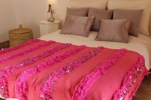 couverture tapis handira berbere de mariage tissee a la main au maroc par des artisans de couleur rose