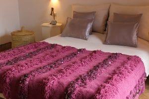 couverture tapis handira berbere de mariage tissee a la main au maroc par des artisans de couleur lilas