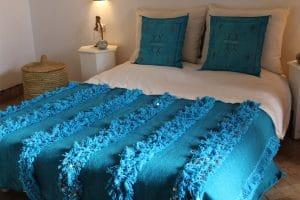 couverture tapis handira berbere de mariage tissee a la main au maroc par des artisans de couleur turquoise