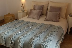 couverture tapis handira berbere de mariage tissee a la main au maroc par des artisans de couleur glacier