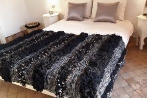 couverture tapis handira berbere de mariage tissee a la main au maroc par des artisans de couleur noire et blanche