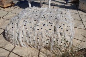 pouf bohème en couverture tapis handira berbere de mariage tissee a la main au maroc par des artisans de la marque flo and jouls