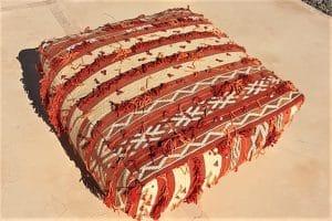 pouf en tapis berbere kilim tisse a la main par les femmes berberes au Maroc tissé à la main marque flo and jouls