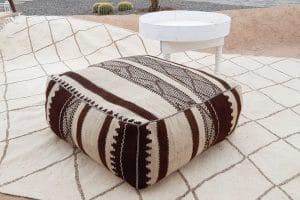 pouf en tapis berbere zanafi tisse a la main par les femmes berberes au Maroc tissé à la main marque flo and jouls