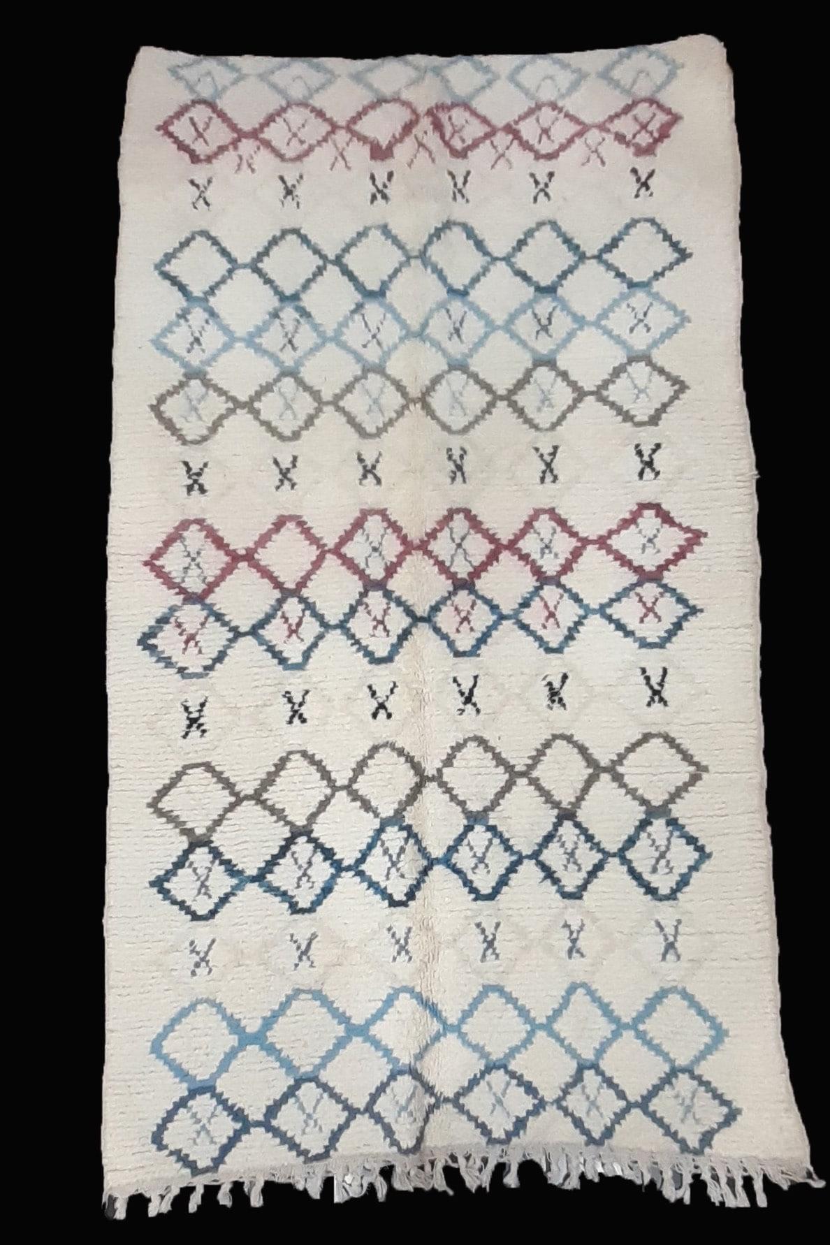 tapis berbere azilal tisse a la main par les femmes au Maroc dans l'Atlas en pure laine tissé main piece unique