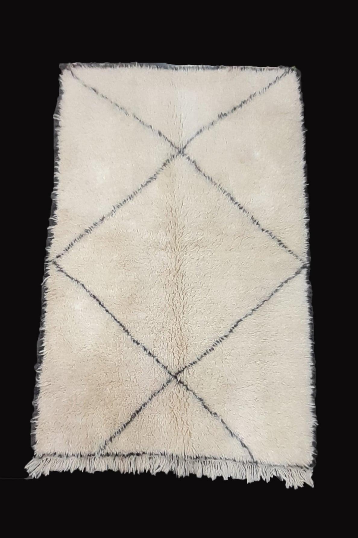 tapis berbere beni ouarain tisse a la main par les femmes berberes au Maroc dans l'Atlas en pure laine tissé main piece unique